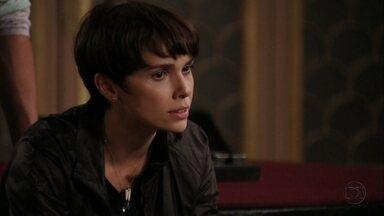 Nina conta que foi Carminha quem salvou a vida dela e de Tufão - Muricy e Ivana ficam nervosas ao falar que ainda terão que depor sobre o assassinato de Max