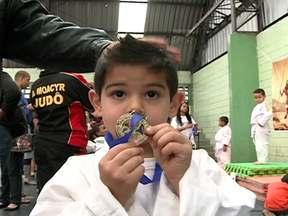 Campeonato de judô muda a vida de crianças de Guaianases - O projeto 'Pequeno Davi' faz sucesso entre as crianças da Zona Leste de São Paulo. O primeiro festival de judô do projeto social reuniu mais de 200 pequenos atletas. O esporte levanta a autoestima da garotada da região.