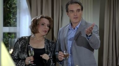 Rachel pensa em interditar Leonor - Lívia faz sucesso entre os convidados e Haroldo faz perguntas sobre ela para Celso