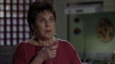 Áurea fica chocada quando Théo avisa que vai se casar - O capitão ainda comunica que ele e Morena vão morar com ela depois do casamento