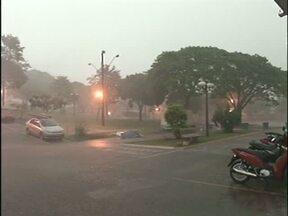 Chuva forte deixa ruas alagadas em Umuarama - Parte do muro do cemitério caiu