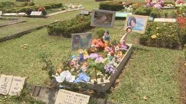 Véspera do Dia de Finados tem alta movimentação em cemitérios de Manaus - Muitas pessoas se anteciparam e visitaram os cemitérios da capital amazonense nesta quinta-feira (01). Comerciantes também aproveitam para lucrar com o feriado.