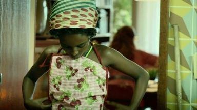 Conceição vai trabalhar como doméstica na casa de Sylvia - Ela cresce ouvindo Roberto Carlos e dançando em frente à TV