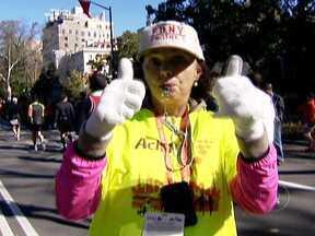 Com maratona cancelada, nova-iorquinos fazem corrida extraoficial pela cidade - Após passagem de tempestade Sandy, cidade de Nova Iorque ficou devastada. Prefeito Michael Bloomberg cancelou a maratona e, segundo ele, mais de 30 mil pessoas terão que encontrar novas casas. Foi a primeira vez, em 42 anos, que corrida é cancelada.