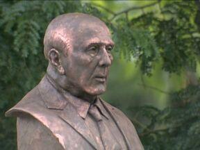 Ulysses Guimarães recebe um busto em homenagem em Brasília - Um busto esculpido em bronze pelo artista Mario Pitanguy foi inaugurado no Bosque dos Constituintes, próximo ao Congresso Nacional. O busto foi colocado ao lado de uma árvore plantada pelo deputado em 1988, na véspera na promulgação da Constituição.