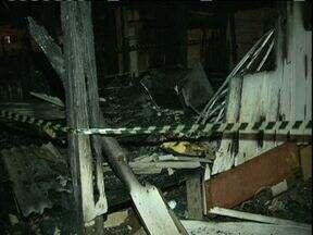 Incêndio mata três crianças e deixa outras duas gravemente feridas em Guarapuava - As crianças estavam sozinhas em uma pequena casa de madeira quando o fogo começou