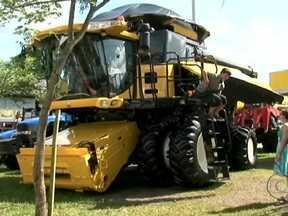 Exposição movimenta agronegócio em Pato Branco (PR) - Com o bom momento para os produtores, a exposição no município do oeste do Paraná, trouxe novidades em máquinas e equipamentos para a feira. A venda de gado também movimenta os negócios no evento.