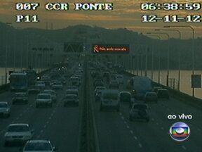 Ponte Rio-Niterói tem trânsito intenso nesta manhã de segunda-feira (12) - Para quem segue no sentido Rio, a travessia é de 18 minutos. Na Linha Vermelha, o trânsito flui bem na altura do Batalhão da Maré em ambos os sentidos. Já na Av. Brasil, os motoristas enfrentam lentidão, no sentido Centro, na altura de Benfica.