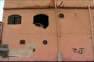 Vizinhos usam trator para resgatar mulher de incêndio, na Serra, no ES - Cama pegou fogo perto da porta e ela não tinha como sair.Bombeiros disseram que guimba de cigarro pode ter provocado o incêndio.