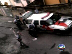 PM determina prisão de cinco policiais suspeitos de matar homem em SP - O Comando da Polícia Militar de São Paulo determinou a prisão de cinco PMs que aparecem em um vídeo gravado na Zona Sul da cidade. Eles são suspeitos de matar um homem que já estava dominado.