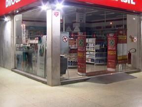 Policiais prendem quadrilha em flagrante no DF - A quadrilha tinha acabado de assaltar uma farmácia na 102-Norte. Um dos suspeitos conseguir fugir algemado da delegacia. Os bandidos levaram dinheiro e medicamentos.