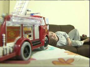 João bombeirinho sai do hospital - João bombeirinho, menino que virou símbolo da campanha de doação de medula óssea, teve alta.