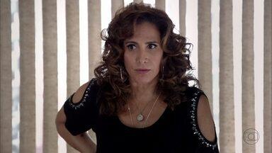 Wanda confessa que abriu a caixa que escondeu para Lívia - A vilã manda Russo aumentar a comissão de Wanda. Lívia acompanha conversa entre Lena e Deborah, e se arrepende de não ter mais câmeras no escritório. Morena não consegue deixar o trabalho