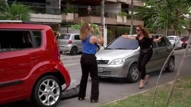 Wanda bate no carro de Maitê - As duas vão para a delegacia. Barros tenta acalmá-las. Enquanto isso, Helô tenta tomar o depoimento de Santiago. Joyce repara na troca de olhares entre Santiago e Wanda. A delegada a parabeniza