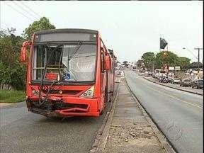 Cinco pessoas ficam feridas em acidente entre ônibus e van - Os feridos foram encaminhados ao hospital, mas nenhum em estado grave.