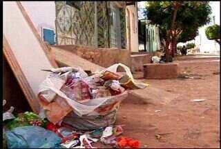 Caminhão de lixo com defeito deixa ruas sem coleta de lixo em Juazeiro do Norte - Moradores reclamam do acúmulo de lixo nas ruas.