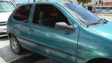 Empresário escapa de atentado com 18 tiros, em Camaragibe - Vítima é um dono de uma oficina mecânica no bairro de Aldeia. Todos os disparos atingiram o carro, mas ele saiu ileso.