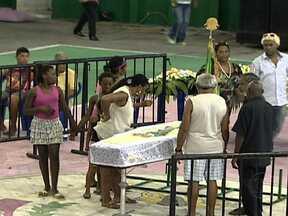 Corpo do mestre-sala Delegado é enterrado - Durante a madrugada, o corpo do sambista e presidente de honra da Mangueira foi velado na quadra da escola.À tarde, parentes, amigos e integrantes de outras escolas de samba participaram de uma cerimônia em homenagem ao mestre-sala.