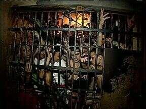 Cadeias de todo Estado estão superlotadas - Em Curitiba um preso foi liberadopor falta de espaço.