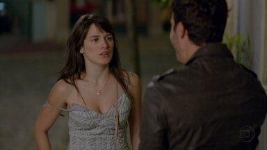 Zenon humilha Carolina - Ela corre chorando para casa. Semíramis fica feliz ao vê-lo, mas ele não dá certeza que voltou para ficar