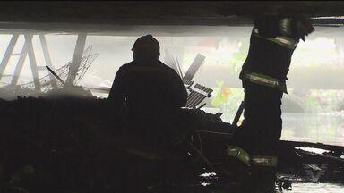 Técnicos da Defesa Civil vistoriam viaduto em São Vicente, SP - Barracos montados no local pegaram fogo durante a manhã.