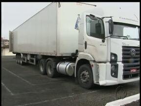 Duas carretas roubadas foram apreendidas na região de União da Vitória - As carretas estavam carregadas com peças de caminhões roubados. A apreensão foi na BR-153. Dois homens foram presos.