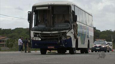 32 pessoas se ferem com acidente em ônibus em Fortaleza - Caminhão bateu na traseira de ônibus.
