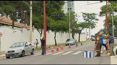 Caminhão derruba fiação e atrapalha o trânsito em São José dos Campos (SP) - Escadas tiveram que ser colocadas para não atrapalhar o trafégo na região.