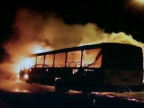 Polícia de SC cria força-tarefa para investigar atentados - Na madrugada desta terça-feira (13), vários atentados ocorreram em Florianópolis e em Blumenau. Os criminosos queimaram ônibus e atacaram bases policiais. Dois coletivos lotados foram incendiados, mas ninguém ficou ferido. Um menor foi detido.