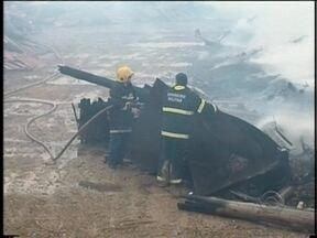 Em Navegantes, um incêndio destruiu uma madeireira, e assustou moradores vizinhos - Em Navegantes, um incêndio destruiu uma madeireira, e assustou moradores vizinhos