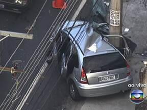 Acidente no Méier deixa o trânsito complicado - Três carros bateram na Rua Goiás, no sentido Méier. Uma faixa da rua está interditada e o engarrafamento está chegando em Cascadura.