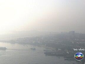 Nevoeiro interrompe pousos no Aeroporto Santos Dumont - A cidade amanheceu com o tempo encoberto por conta de uma forte neblina. Centro da cidade está bastante encoberto. O aeroporto Santos Dumont está aberto só para decolagens. Oito voos foram transferidos para o aeroporto internacional.