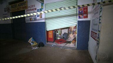 Ladrões arrombam loja e tentam explodir caixa eletrônico em Sarzedo - Suspeitos quebraram porta e usaram barra de ferro para abrir terminal.