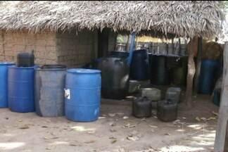 PRF deflagrou uma operação contra a venda ilegal de combustível em Caxias - Em Caxias, a Polícia Rodoviária Federal deflagrou uma operação contra a venda ilegal de combustível. Os combustíveis apreendidos estavam armazenados de forma completamente imprópria num local coberto de palha.