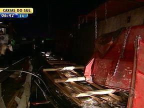 Carga de carreta que tombou na BR-116, em Canoas, RS, é retirada do local - Veículo também foi removido da pista.