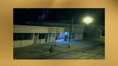 Câmeras da Secretaria de Defesa Social flagram assalto em loja da Zona Norte do Recife - Polícia Militar monitorava imagens e prendeu suspeito de roubar um som e um quadro de estabelecimento comercial, no Rosarinho.