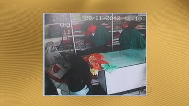 Três mulheres são presas após roubar loja no Agreste de Pernambuco - Trio foi flagrado pelo circuito interno do estabelecimento, em Caruaru, ao roubar R$ 6 mil em mercadorias.