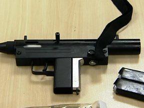 Traficante de armas é preso em flagrante - O traficante se passava por taxista e trazia metralhadoras, fuzis e munição do Paraguai. O homem também vendia cocaína.