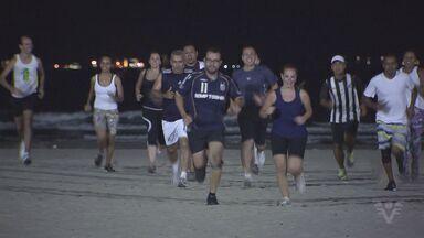 Participantes se preparam para corrida em comemoração aos 100 anos do Santos - Kits estão sendo entregues na Vila Belmiro.