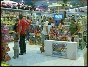 Comércio de Campos, RJ, já se preparara para receber clientes - Início do horário estendido ainda não foi definido.Consumidores vão em busca dos presentes cada vez mais cedo.