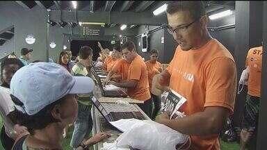 Este sábado foi dia de retirada dos kits para a prova Santos Run - A prova acontece neste domingo (25), às 7h, na Vila Belmiro, em Santos.