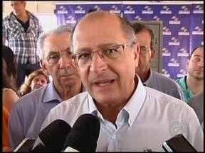 Geraldo Alckmin reafirma que funcionários do HB serão mantidos nos cargos em Bauru, SP - O governador Geraldo Alckmin reafirmou neste sábado (24), que o estado irá assumir o Hospital de Base de Bauru e manter os empregos dos trabalhadores. Ele esteve na região noroeste do estado de São Paulo.
