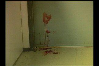 Homem tenta matar ex-mulher dentro do Pronto-Socorro em Santana do Livramento - Por volta das 19 horas, o homem entrou correndo atrás da mulher e disparou cinco tiros contra a ex.