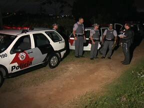 Polícia encontra três corpos perto da Represa Billings - A polícia encontrou três corpos perto da Represa Billings, em São Paulo. A suspeita é que eles tenham sido executados por membros de uma facção criminosa.