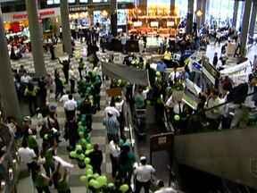 Funcionários demitidos da Webjet fazem protestos em aeroportos - Eles fizeram manifestações nos saguões de aeroportos no Rio de Janeiro, em Porto Alegre, Salvador e São Paulo. Todos os voos vendidos pela Webjet devem ser assumidos pela companhia que comprou a empresa, a Gol.