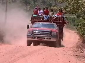 Estudantes do Maranhão se arriscam em transporte irregular - Paus de araras são usados pelas crianças para chegar a escola no município de Lago da Pedra. Muitos esperam por caronas para não andar a pé. Os ônibus usados para o transporte escolar foram recolhidos pela empresa, alegando falta de pagamento.