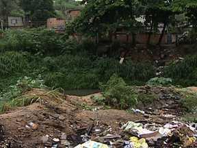 Moradores de Nova Iguaçu reclamam de obra mal feita no bairro Caioába - A prefeitura começou uma obra de saneamento na Rua Waldir Mendes da Costa, que já teve asfalto. Os moradores sofrem com alagamentos constantes. Manilhas foram abandonadas pela região.