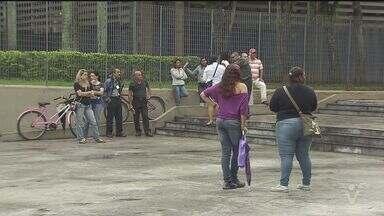 Funcionários de empresa de segurança protestam em Cubatão, SP - Eles reclamam do atraso no pagamento e dizem que estão sem curso obrigatório a cada dois anos.