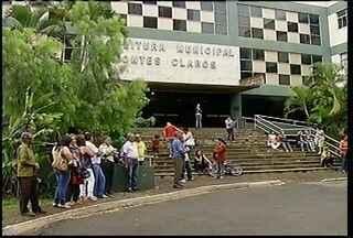 Servidores públicos, aposentados e pensionista fazem protesto em frente à prefeitura - Eles reclamam de atraso nos salários e do pagamento do décimo terceiro