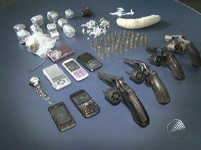 Polícia prende dois homens e uma mulher e apreende um adolescente em Itabuna - Eles são suspeitos de tráfico de drogas, formação de quadruilha e porte ilegal de armas.